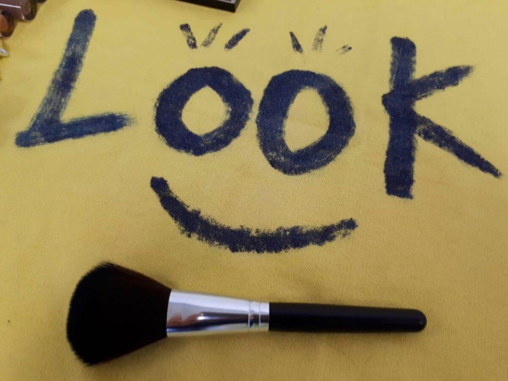 Make-up powder brush